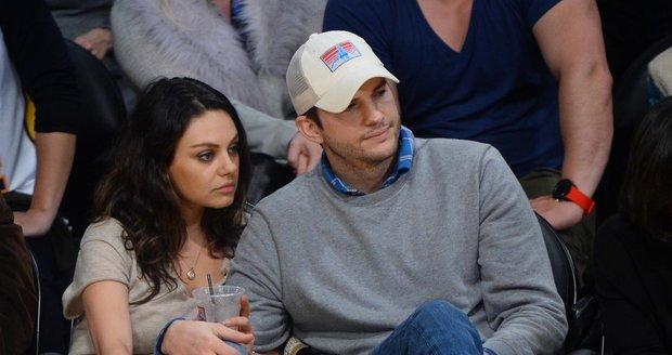 Ashton Kutcher v současnosti žije s Milou Kunis.