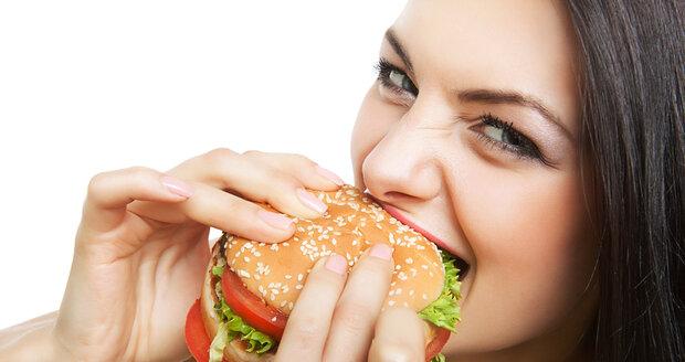 Hamburgery a hranolky škodí zažívání a zvyšují riziko, že přiberete