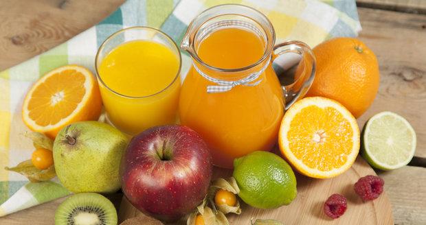 Při nákupu ovocných džusů sledujte hlavně složení. Hlavně to, jaká umělá sladidla a cukry výrobci přidávají.
