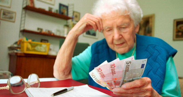 Chudoba hrozí ve stáří hlavně Češkám. Muži mají díky platům vyšší důchody