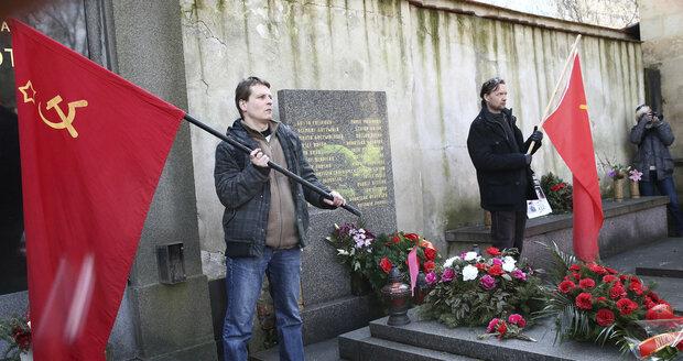 Vítězný únor slavili komunisté u Gottwaldova hrobu: Radost jim kazili odpůrci