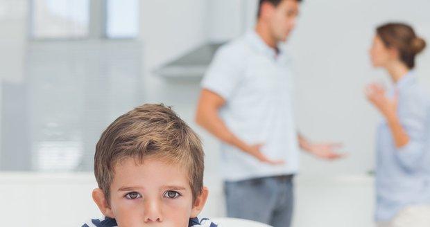 Proč jsi nepřišla tehdy, když jsi mi to slíbila? Teď nestíhám fotbálek s kamarády! Běžný rodičovský spor asi dítě nepotěší, ale jeho vývoj neohrozí.