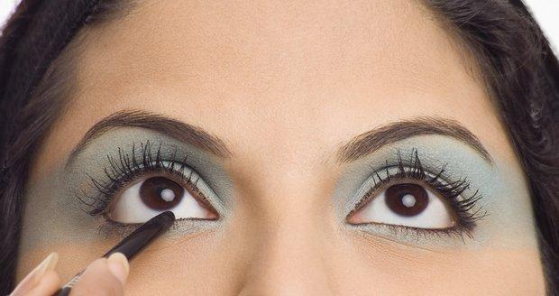 Perfektní oční linky vám opticky zvětší oči a dodají sexy pohled.