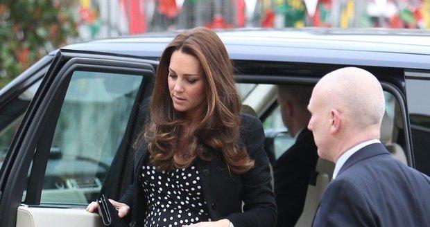 Kate v těhotenských puntíkovaných šatech vypadala báječně.