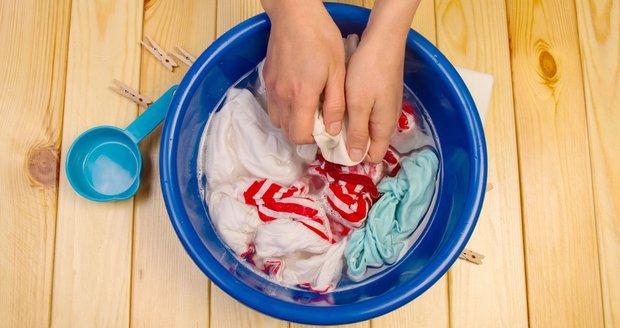 Každý, kdo někdy pral v ruce ví, jak kupované prášky dráždí pokožku. To vám při použití vlastnoručně vyrobeného prostředku nehrozí.
