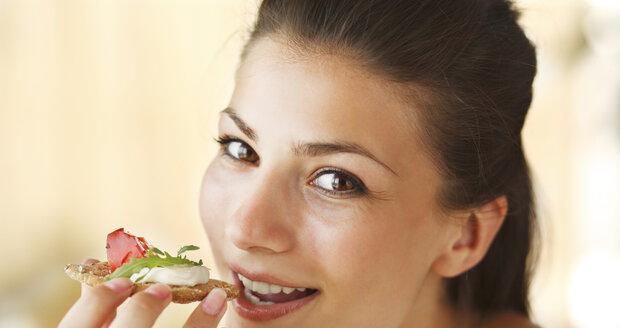 Večeře by měla být méně vydatná než oběd, ale rozhodně ji nevynechávejte, radí odborníci.