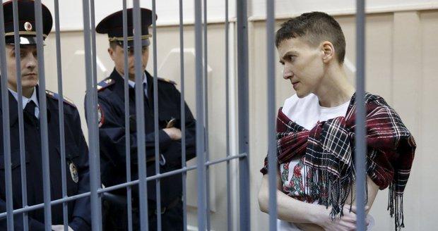 Pilotka Savčenková zmírnila hladovku a pije vodu. Požádal ji o to Porošenko