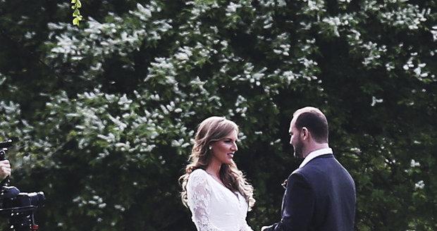 Krásná miss Králová se vdala za hokejistu Šlégra.