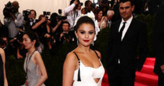 Selena Gomez v šatech Very Wang