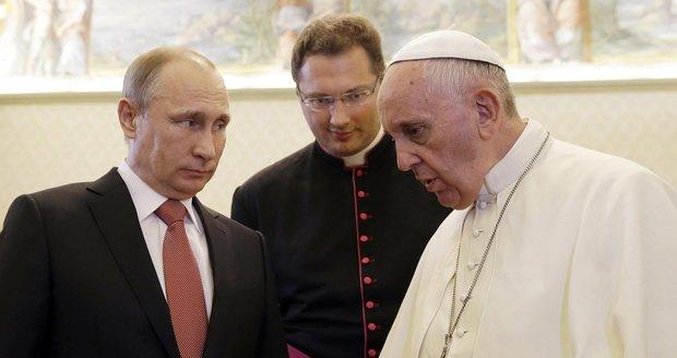 Papež káral ruského prezidenta: Putinovi dal anděla, který poráží války