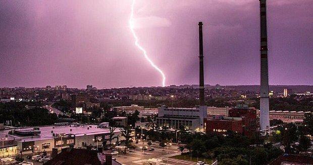 Česko o víkendu zasáhnou silné bouře. Ojediněle je budou doprovázet přívalové srážky, kroupy a nárazy větru až 90 km/h. Nejsilnější by bouře měly být v sobotu na jihozápadě země.
