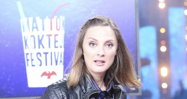 Bára Poláková si pochutnávala na nealko koktejlu.
