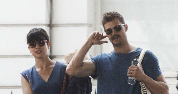 Jamie Dornan se svou manželkou a dcerou prochází po Londýně.