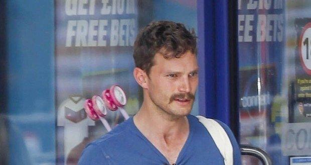 Jamie Dornan si nechal narůst kvůli nové roli kníra.