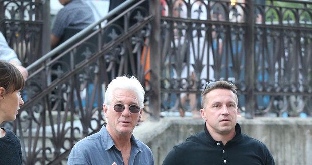Richarda Gera na každém kroku hlídají dva bodyguardi.