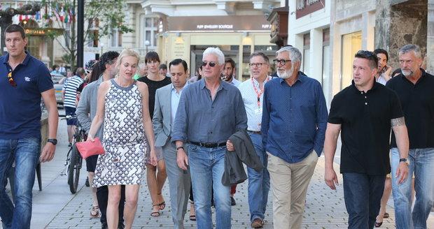 Richard Gere Ve Varech sháněl košili na zahájení festivalu.