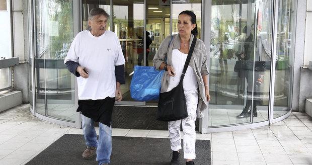 Pavel Soukup s manželkou Isabelou, když po kolapsu společně opouštěli nemocnici.