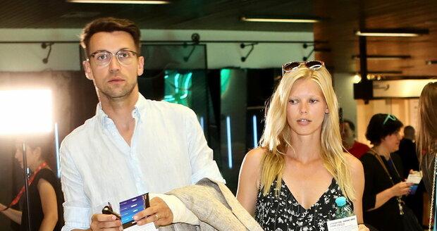 Lukáš Hejlík s manželkou Veronikou přišli na promítání filmu Kobry a užovky.