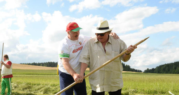 Depardieu předváděl komedii na senoseči v Bělorusku