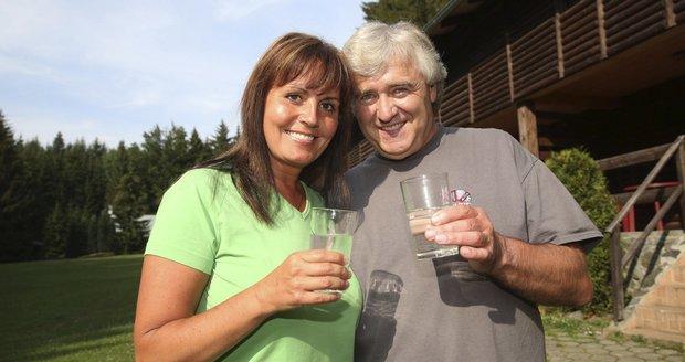 Populární pěvecké duo Eva a Vašek se rozhodlo hubnout, pijí jen vodu