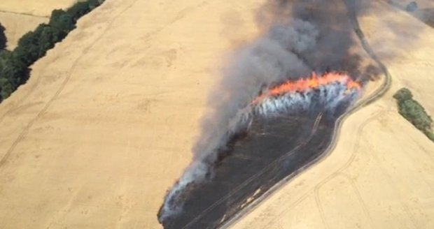 Extrémní sucho na jižní Moravě: Tři desítky hektarů pole a lesa nedaleko Brna lehly popelem