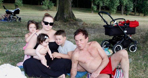 Saudkova rodina v létě u vody