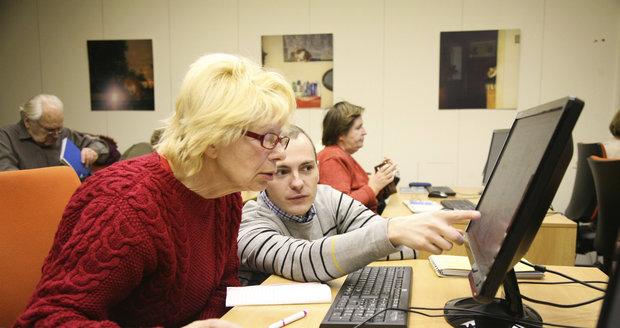 Centrum nabízí kurzy s počítači.