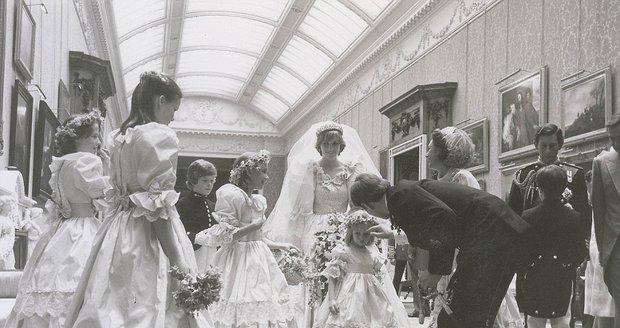 Ze zákulisí svatby Diany a Charlese: Královna Alžběta doprovázela nevěstu a ženicha