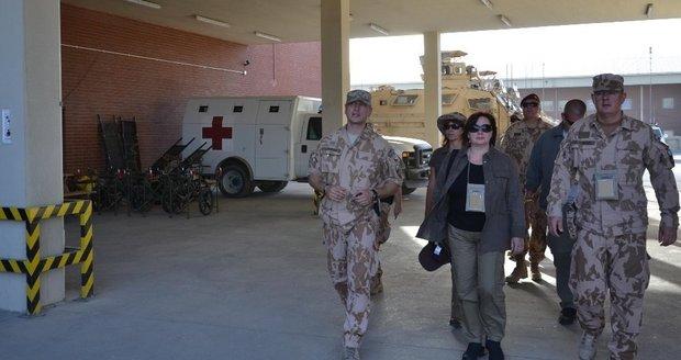 První dáma Zemanová u vojákyň v Afghánistánu: Není vám smutno bez rodin a partnerů?