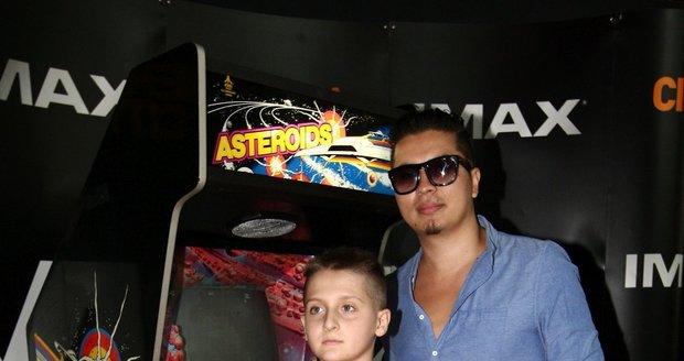 Marcus se synem své přítelkyně Martiny Gavriely