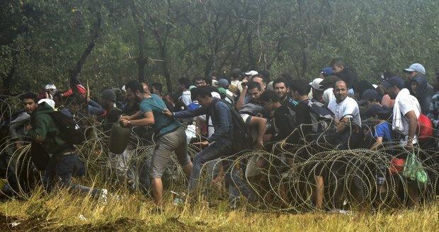 Tisíce uprchlíků prolomily hranice do Evropy. Policie použila omračující granáty
