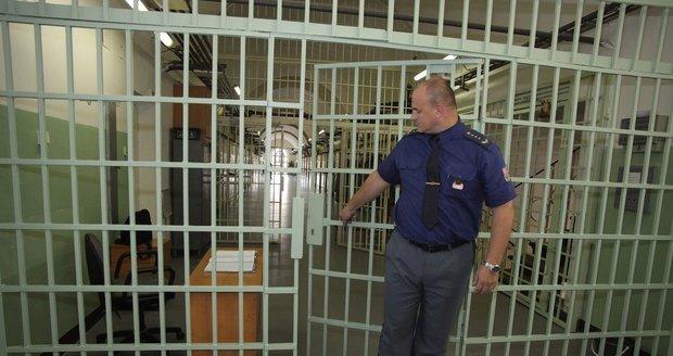 V cele v Praze se oběsil zadržený: Na tkaničce, kterou mu policisté nechali