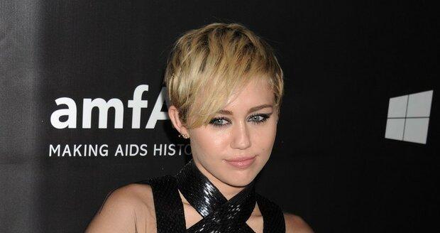 Málokdy se Miley Cyrus oblékne.