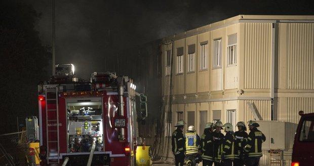 V Německu hořela další ubytovna pro běžence: Zranilo se pět lidí