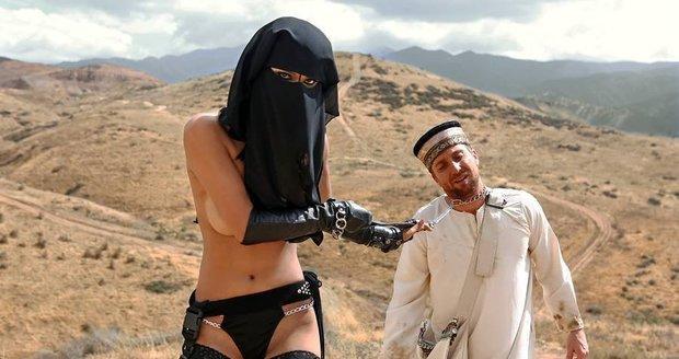 Role se prohodily. Žena v nikábu táhne za sebou spoutaného muslima.