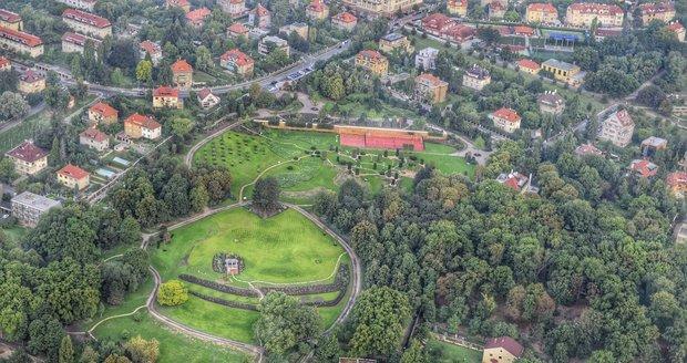 Na místě hotelu byl vysázený park, na pozemku vedle vznikne škola Open Gate. (Září 2015)