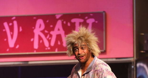 Sagvan Tofi jako zkrachovalý alkoholik v muzikálu Děti ráje.