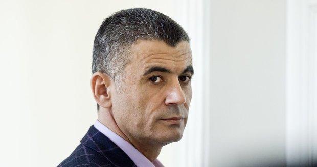 Dozorci z pankrácké věznice půjčovali špionovi mobil. GIBS řeší kauzu Fajád