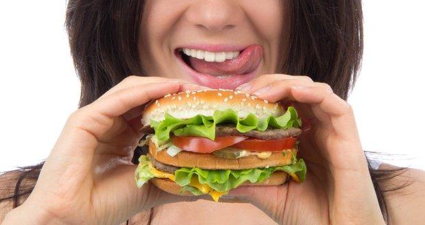 Nejhorší jídla pro ploché břicho? Rozhodně mezi ně patří ta, která obsahují nasycené mastné kyseliny. A nejsou to rozhodně jen produkty fast foodů.