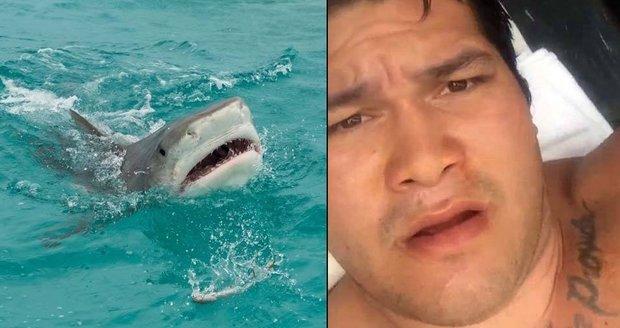 Havajský rybář si natočil video po útoku žraloka.