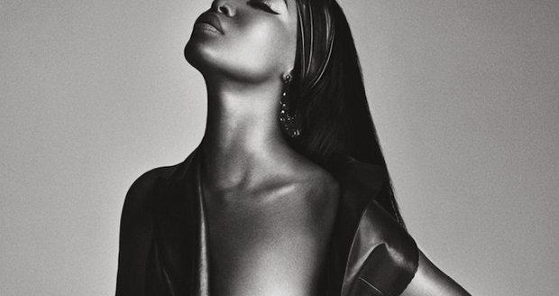 Nestárnoucí Naomi Campbell se ve 45 letech nechala nafotit nahá.
