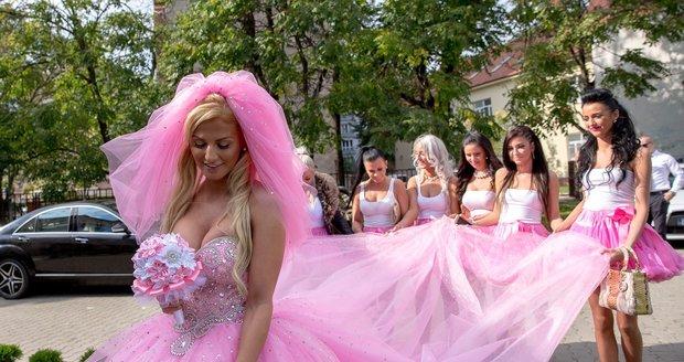 Růžové šatičky nevěstu vyšly na půl milionu korun.