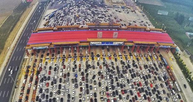 Tohle je teprve zácpa! Na dálnici z Pekingu auta stála v 50 pruzích