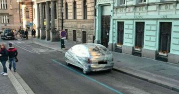 """Řidič špatně zaparkoval, neznámý vtipálek mu """"za odměnu"""" obalil auto do fólie."""