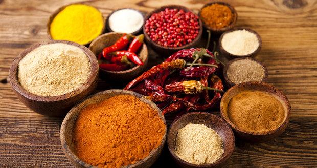 Mezi koření, které pomáhá spalovat tuky, patří třeba kajenský pepř, skořice nebo kurkuma.
