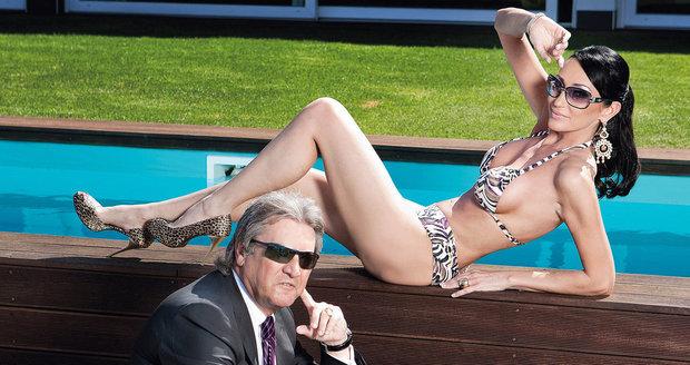 Sisa zpózovala s manželem u jejich bazénu