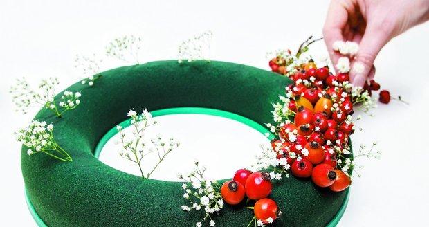Věnec ze šípků je nádhernou podzimní dekorací