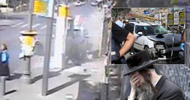 Šílenec vjel škodovkou do davu na zastávce, do lidí pak řezal sekáčkem na maso