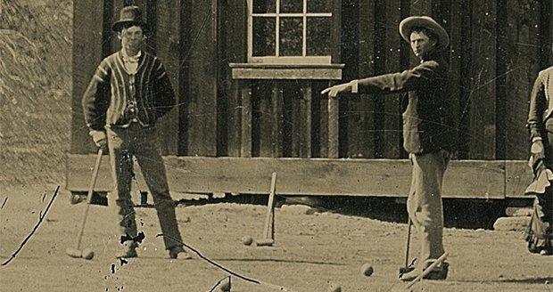 Pistolník Billy the Kid (vlevo) na snímku hraje kroket.