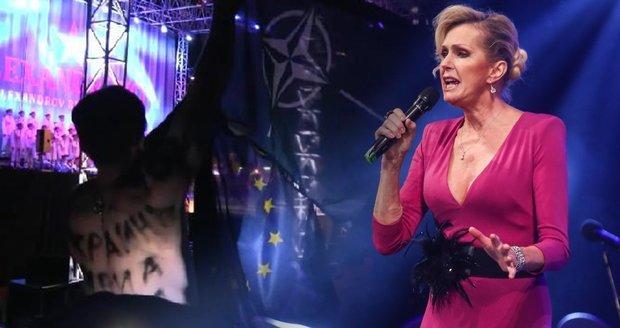 Aktivisté narušili koncert Alexandrovců při vystoupení Heleny Vondráčkové.